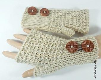 Mitaines femme tricotées main dans un fil doux composé de laine et d'alpaga coloris beige  et deux jolis boutons bois