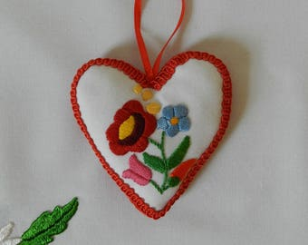Textil heart hanging, ornament with Kalocsa embroidery