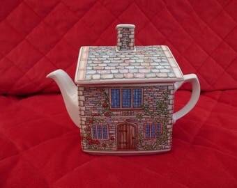 Sadler Novelty Teapot, 17th Century Cottage