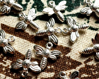 Bee charm 10 silver vintage style pendant jewellery supplies C339