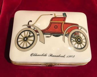 Box in porcelain from the 1950's vintage car 1900. Trinket jewelry chest