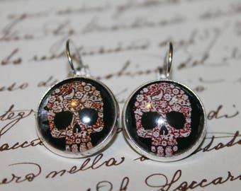 Stud Earrings in silver tone metal. (Skull)