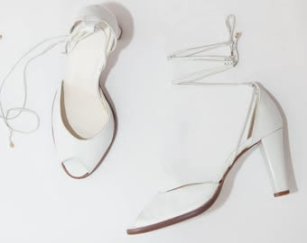 Vintage Sandals // White Leather Peep Toe Sandals with Ankle wrap // Vintage Heels // Made in Italy // Size 7