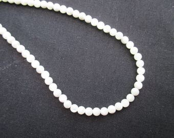 Mother of Pearl: 20 round beads 4 mm