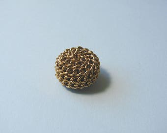 Round button, 17 mm, leg, covered with gold chain.