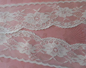 Fine white lace patterned floral polyester 7,00 cm wide