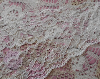 Slightly off-white lace floral non-elastic polyester largeu.r 4,00 cm