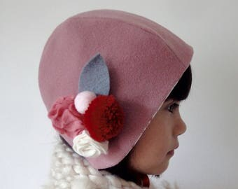 Hat/bonnet for babies and girls in wool with flowers in pink, red color felt, ecru.