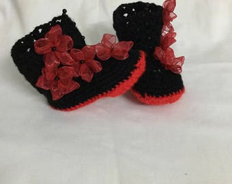 Red and black boots with organza in crochet flowers