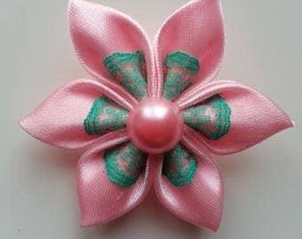 5 cm fleur rose pale  et dentelle verte  petales pointus