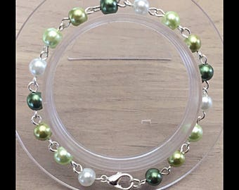Shades of green glass beads bracelet.