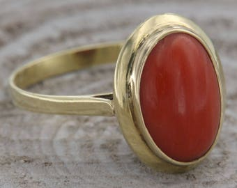 Vintage ring in 18 kt yellow gold. and natural coral Cabochon, ring with oval coral, Italian handmade jewelry with coral