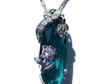 Pendentif argenté cristal verte bleu et strass blanc, chaine argenté.