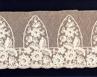 1 m on 8.5 cm for this French Calais lace with beautiful patterns, vintage, 1950s.