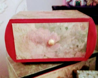 A vintage look red and Bono design drawed jewellery box.
