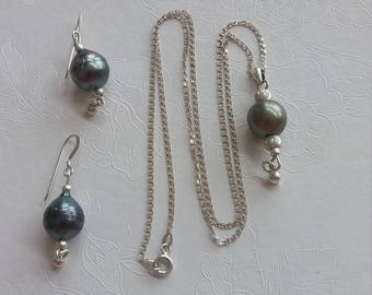 Tahitian baroque pearl pendant necklace and earing set.