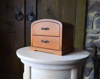 Boîte en bois avec deux tiroirs