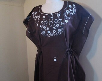Mexican Caftan 70s Brown cotton white daisy Embroidered Vintage Kaftan Boho 70s Long Mexican dress hippie maxi kaftan white flowers S M