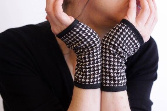 Mitten cuff graphic black and white woolen .pied Rooster mitten
