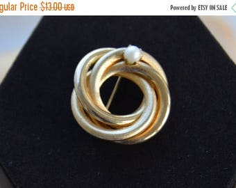 On sale Classic Vintage Faux Pearl, Gold tone Knot Brooch, Pin (H17)