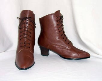 Sz 9 Vintage brown leather 1990s women lace up pixie ankle boots.