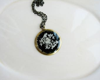 Flower Jewelry, White Queen Anne's Lace Necklace, Pressed Flowers Jewelry, Birthday Gift, Resin Jewelry