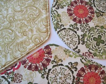 snowflake medley christmas wedge placemats reversible set 4 or 6 golden holiday wedge placemats green red