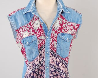 Vintage 70s chambray WRANGLER distressed shirt with Indian cotton patchwork / Bohemian hippie shirt / Vintage pearl snap