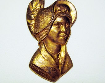 Traditional Bourbonnais Lady in Folk Costume; French Nostalgia, Vintage Brass Stamping, Jewelry Finding, Pin Topper, 35x22mm, Pc