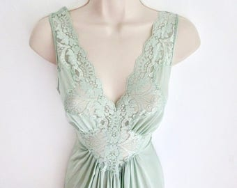 """Mint Green Nightgown/ VANITY FAIR/NOS/  Size Large/ Stretch Lace Bodice Goddess Gown/ Swirling Skirt with 140"""" Sweep/ Glamour Gown"""