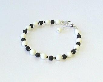 Bracelet Corail blanc et Pierre de Lave noire / Plaqué Argent / White corail and black lave silver plated bracelet