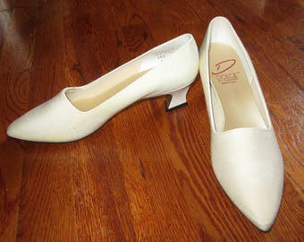 UNWORN 80s Dolce by Pierre HEELS 8.5N Made in USA Off-White Fabric Dyable Prom Wedding Evening