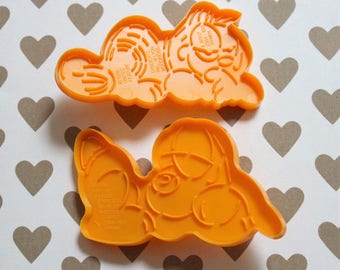 Vintage GARFIELD Plastic Cookie Cutters - Two Designs (1978) WILTON