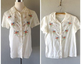 floral cross stitched 50s blouse - vintage sheer beige button down - short sleeves - size m / medium - preppy rockabilly top - 1950s hipster