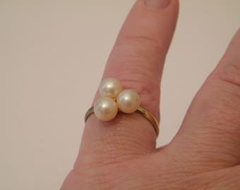 14 Kt Adjustable Ring with Man Made Pearl Cluster, Vintage Gold Overlay band (stamped on inside) that adjust to size 9, has 3 pearl beads,