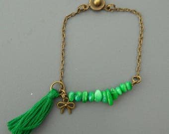 Bracelet chips Malachite on chain with green tassel and bow charm