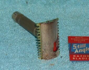 1930s Gillette NEW Short Comb Razor W Blade/ https://youtu.be/HK0mgomoaEY … More pictures