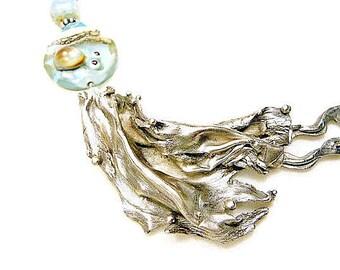 Collier bleu et couleur argent ancien en vague de bronze blanc