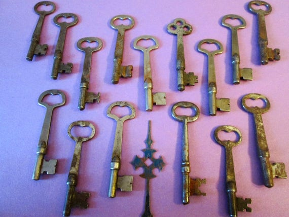 15 Assorted Antique & Vintage Metal Keys for your Home Projects - Steampunk Art - Jewlery Making - Metal Working
