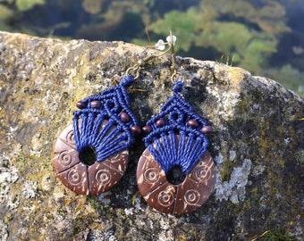 Ethnic macrame earrings with carved coconut - navy blue