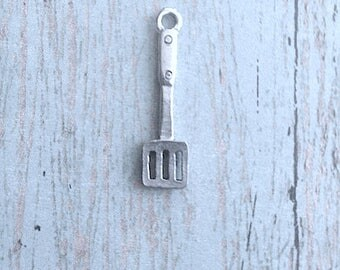 Spatula charm pewter silver tone (1 piece) - silver spatula pendant, culinary charm, kitchen utensil charm, chef charm, cooking charm, NN6
