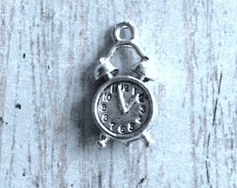 Small alarm clock charm 3D silver plated pewter (1 piece) - silver alarm clock pendant, timepiece charm, household charm, OO14