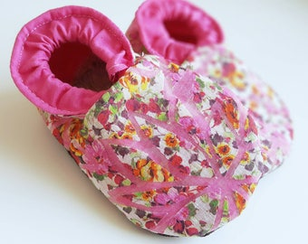 Pink Flower Baby Shoes,Baby Slippers,Fabric Shoes,Baby Footwear,Babies first Shoes,Baby shower,Birth gift,Floral,Pink flower,Babygirl Shoes