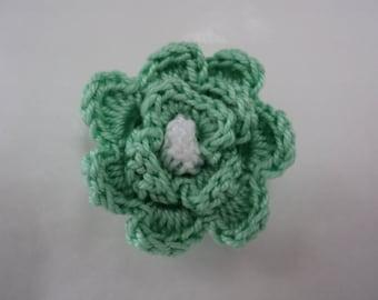 Lot 10 pistachio green flowers with white heart crochet Ø 3 cm. ref: Z57 3 F30