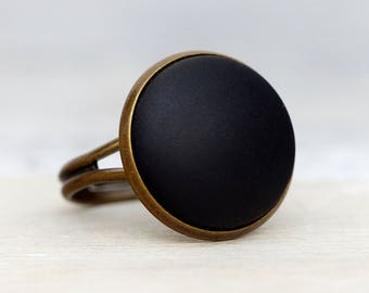 Basic ring with matte black stone