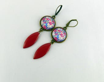 Elegant earrings with a red liberty