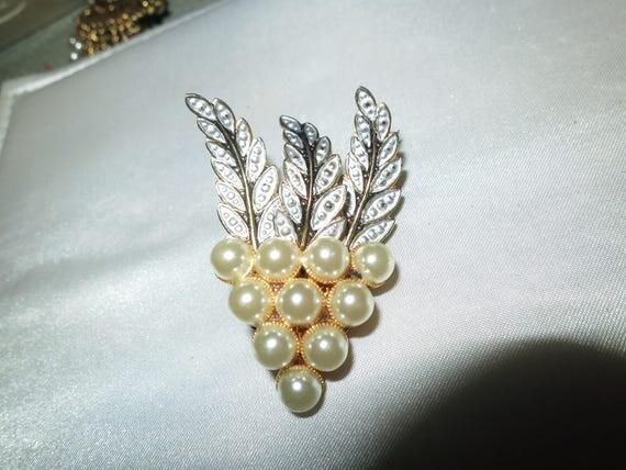 Beautiful vintage goldtone damascene fx pearl grapes brooch