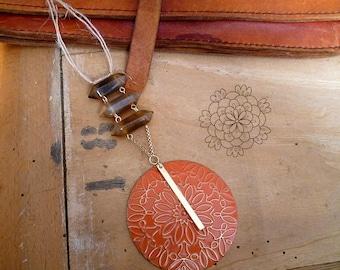 Decoration bohème, zen, déco boho à suspendre, cristaux et médaillon gravé, orange, marron et or, modèle unique, décoration murale