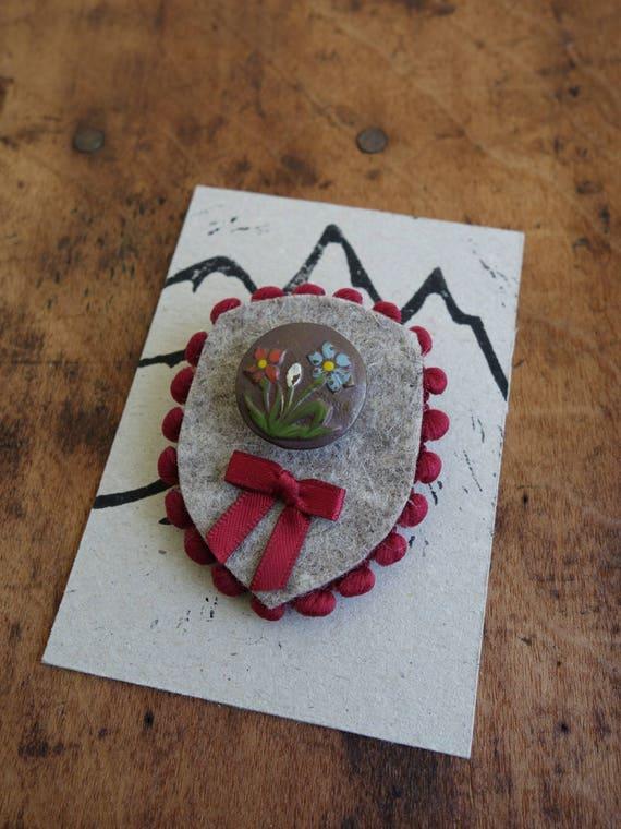 Trachtenbrosche mit antikem Metallknopf