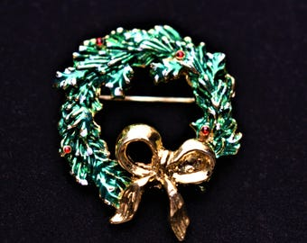 "Vintage Enamel Christmas Holiday Wreath Brooch Coat Sweater Pin Gold Tone Mid Century Retro Costume Estate Jewelry 1.75"""